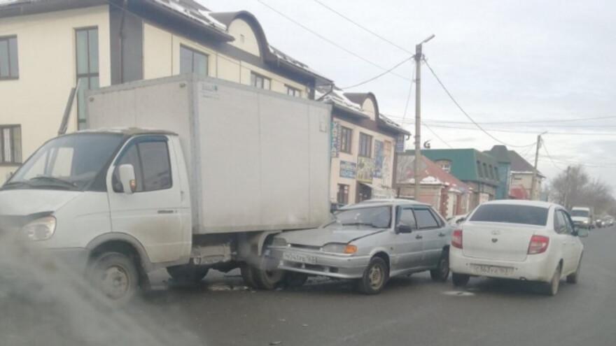В Самарской области легковушка на скорости улетела под грузовик