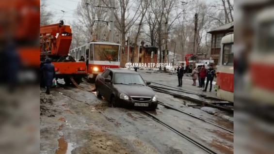 В Самаре машина провалилась в яму на трамвайных путях
