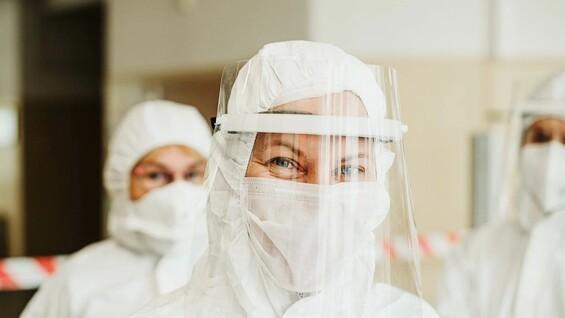 Опасность самолечения, ожидание новой вакцины и сохраняющиеся ограничения: всё что известно о коронавирусе к 18 января