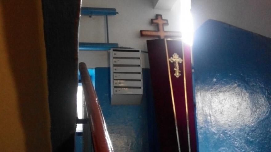 В Сызрани гроб в подъезде возмутил мужчину