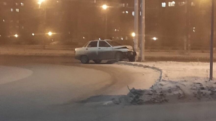 В Тольятти ночью из-за тумана машина протаранила столб