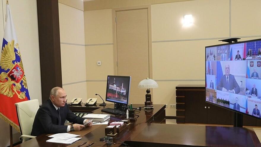 Владимир Путин по предложению ЕР поручил удвоить выплаты медикам за работу с COVID-19 на праздники