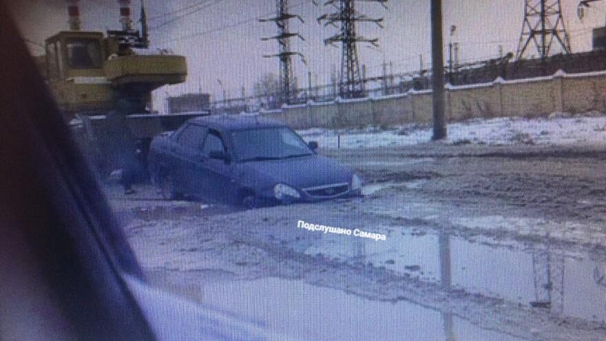 В Самаре две машины провалились под асфальт
