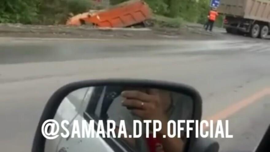 В Южном городе КАМАЗ улетел в кювет