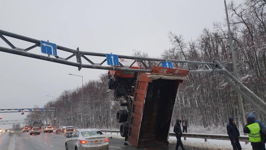 В Самаре перекрыли движение по участку Волжского шоссе