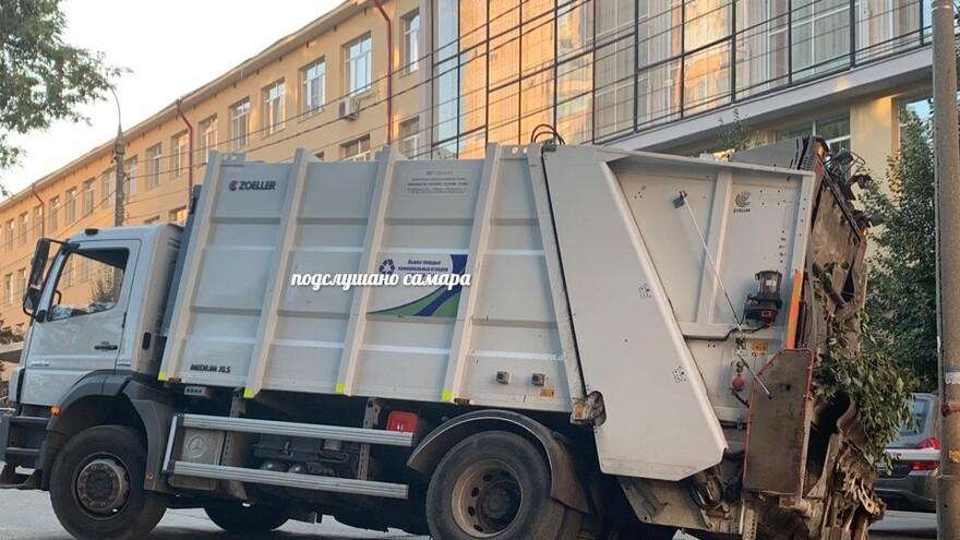 В Самаре мусоровоз провалился под асфальт