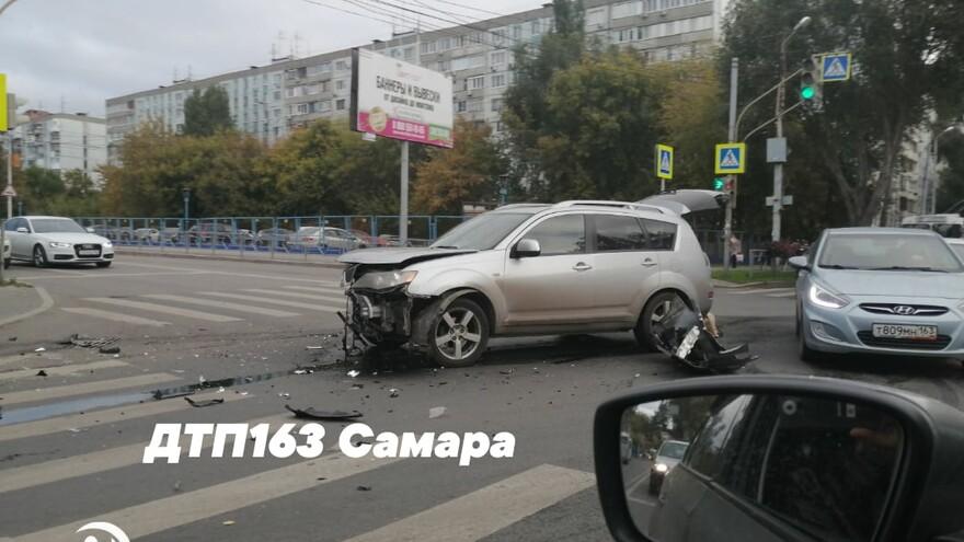 В Самаре на Коммунистической автомобиль сбил пешехода на тротуаре