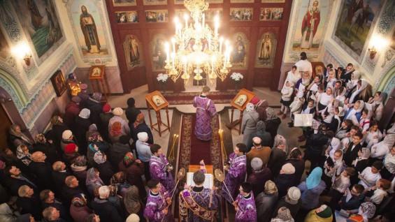 В самарских храмах запретили целовать иконы и кресты