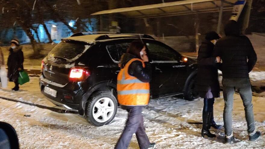 В Самаре из-за снегопада иномарка снесла остановку