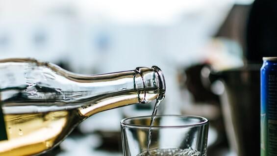 """1900 человек в Самарской области отравились """"паленым"""" алкоголем"""