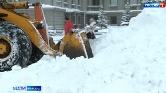 В Самаре ночью на уборку снега выходило более 400 единиц техники