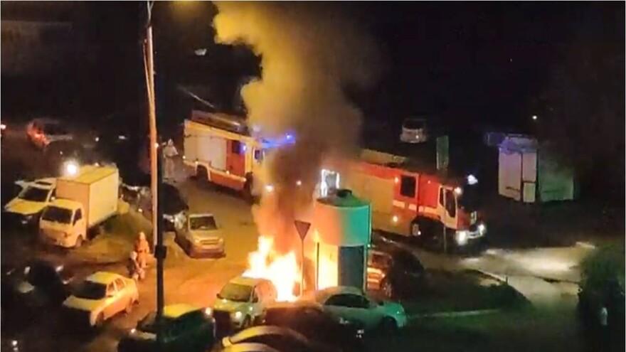 В Самаре ночью два автомобиля полыхали как огромный костер