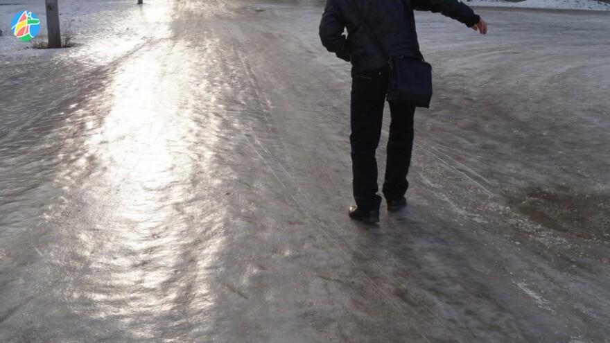 5 лайфхаков, которые помогут не скользить зимой в обычной обуви