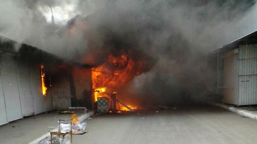 Накануне вечером загорелись торговые павильоны на Кировском вещевом рынке