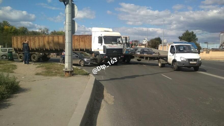 В Самаре столкнулись KIA и грузовик