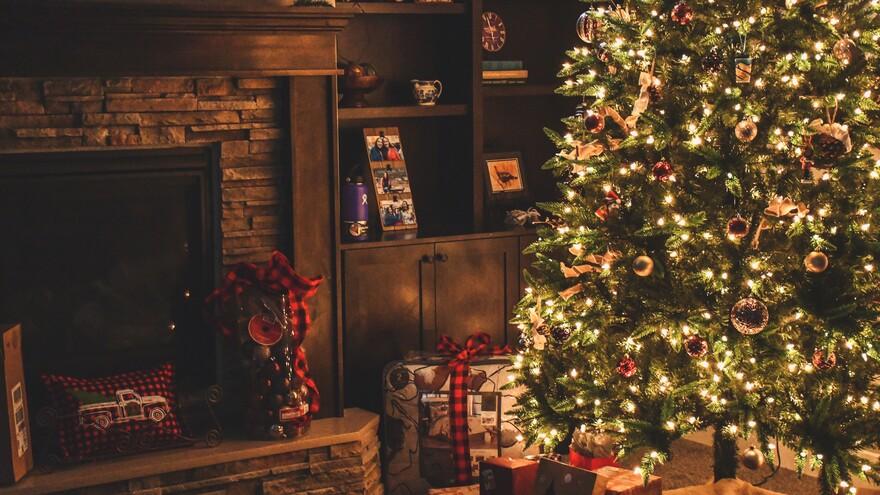 Как украсить новогоднюю елку, чтобы избежать пожара: советы МЧС