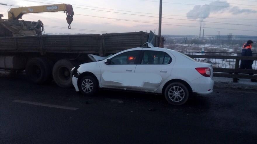В Тольятти иномарка врезалась в стоящий «КАМАЗ»