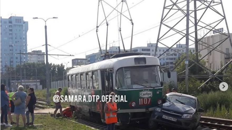 В Самаре «Лада Калина» врезалась в трамвай