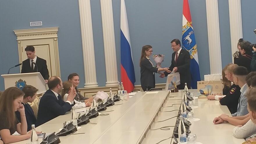 Дмитрий Азаров вручил паспорта юным гражданам России