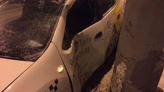 В Самаре на Московском шоссе таксиста занесло на столб