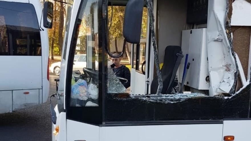 В Самаре КАМАЗ протаранил троллейбус