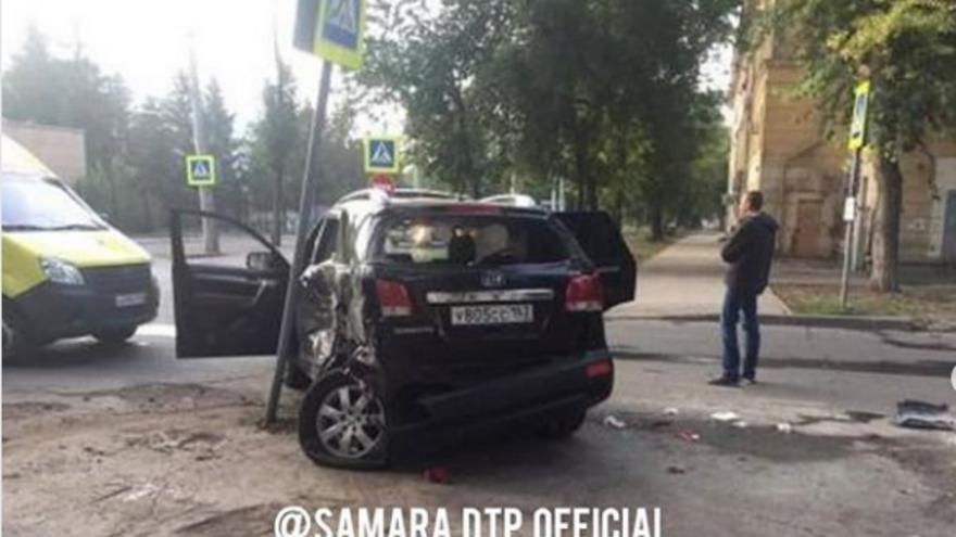 В Самаре столкнулись троллейбус и внедорожник