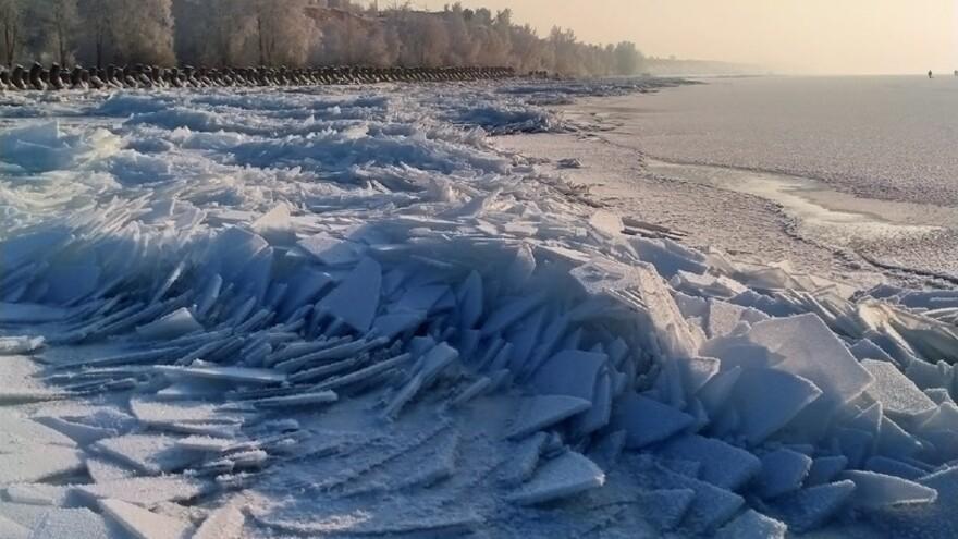 Нерукотворные ледяные осколки волн появились в Тольятти