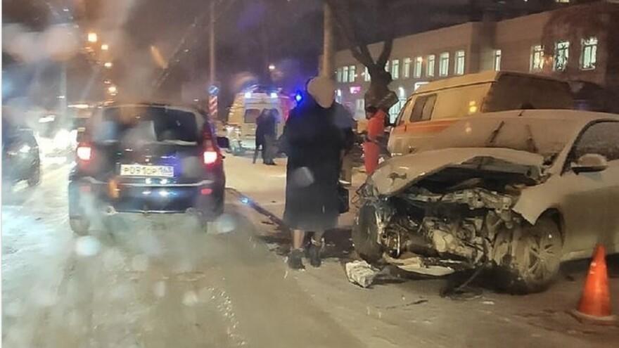 Первые жертвы снегопада: в Самаре не разъехались легковые