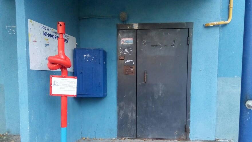 В Самаре у подъездов должников появились завязанные в узел трубы