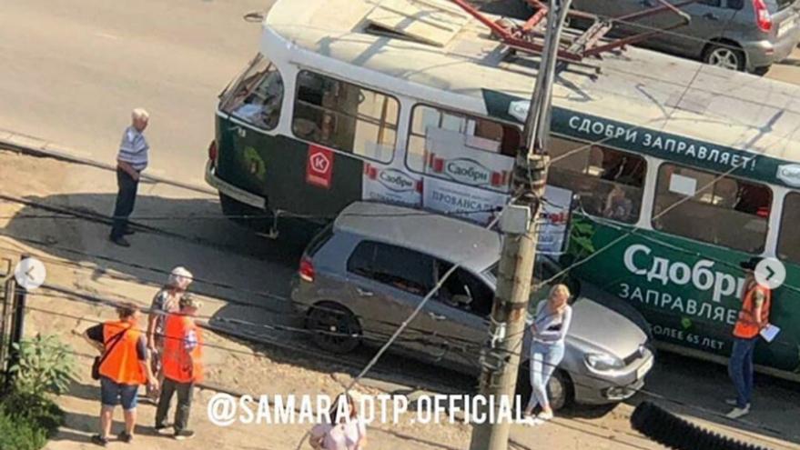В Самаре внедорожник притёр трамвай