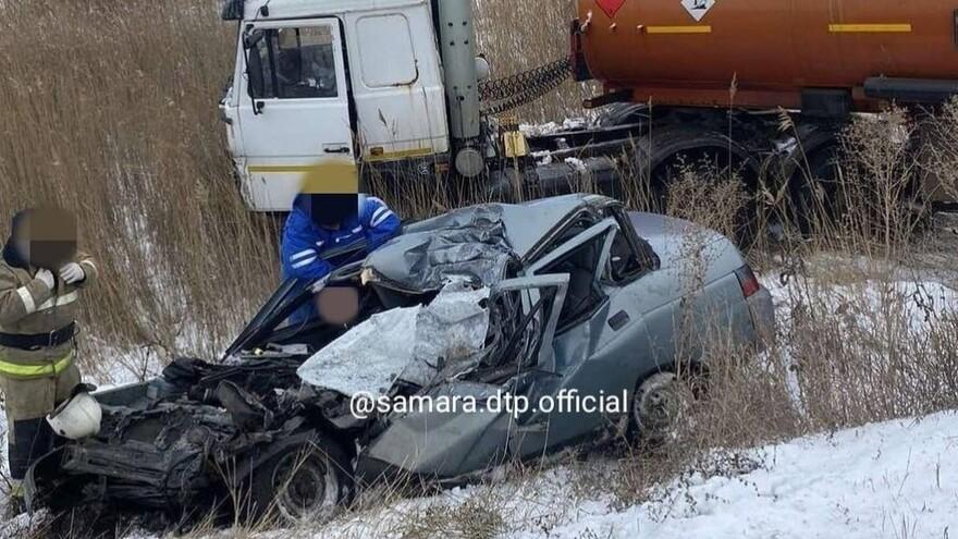 В Самарской области автоцистерна расплющила легковую: два человека погибли