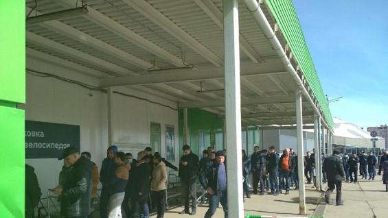 Ретейлер прокомментировал причины гигантской очереди у самарского торгового центра