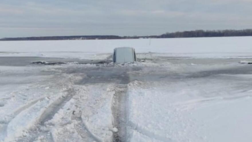 В Самарской области машина с пассажирами провалилась под лёд