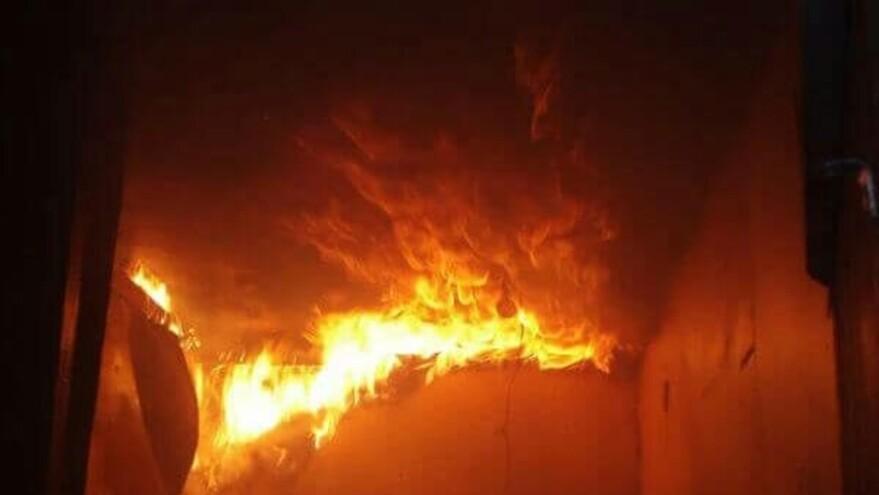 В Октябрьске тушили горящий экскаватор в гараже