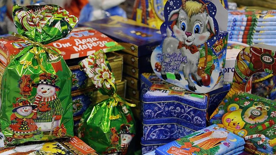 Дети Самары начали получать новогодние подарки