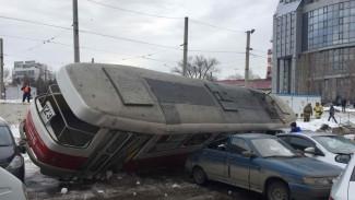 Уличная камера сняла момент падения трамвая на машины в Самаре