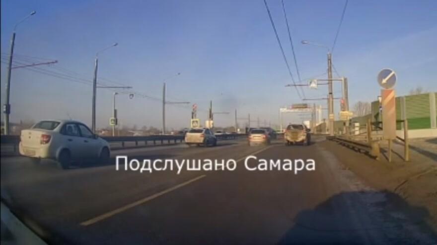 На Фрунзенском мосту в Самаре иномарка «раскидала» машины
