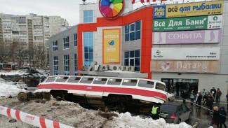 В Самаре трамвай упал на бок и придавил пять автомобилей