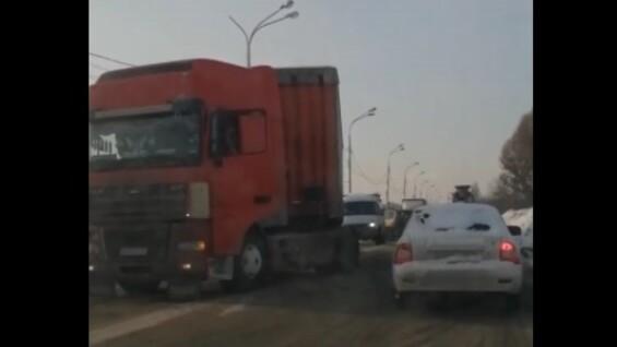 В Самаре сложившаяся почти пополам фура стала причиной пробки