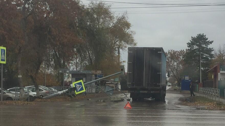 В Кинеле светофорный столб упал на грузовик