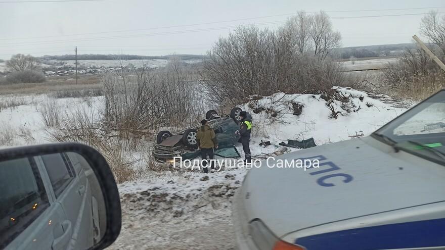 В Самарской области на трассе легковая перевернулась в кювет