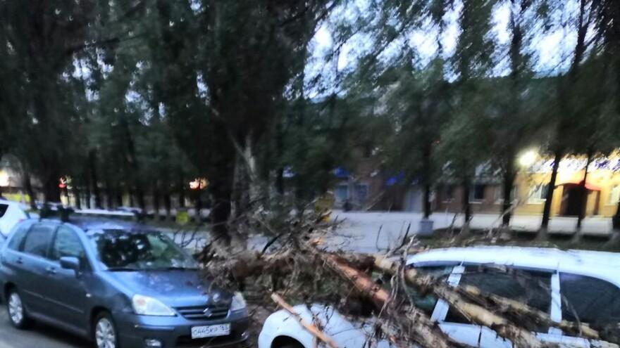 В Самарской области в результате сильного ветра пострадали автомобили