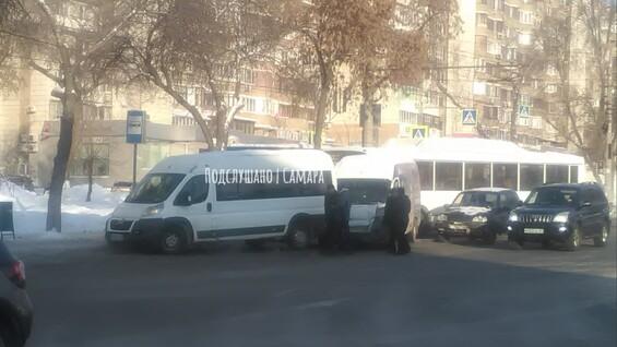 В Самаре в ДТП попали автобус и две маршрутки
