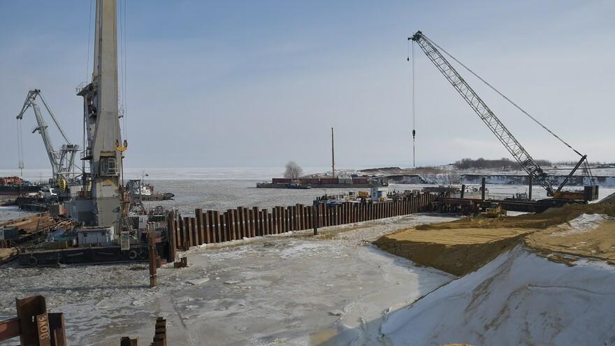 На мосту через Волгу начали устанавливать первую береговую опору