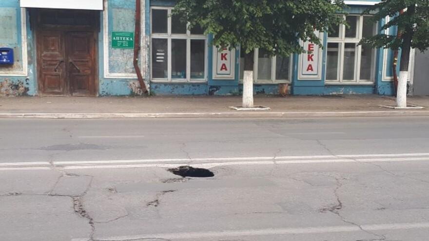 На центральной улице Сызрани провалился асфальт