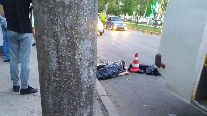 В Самаре женщина зацепилась платьем за автобус и погибла под колёсами