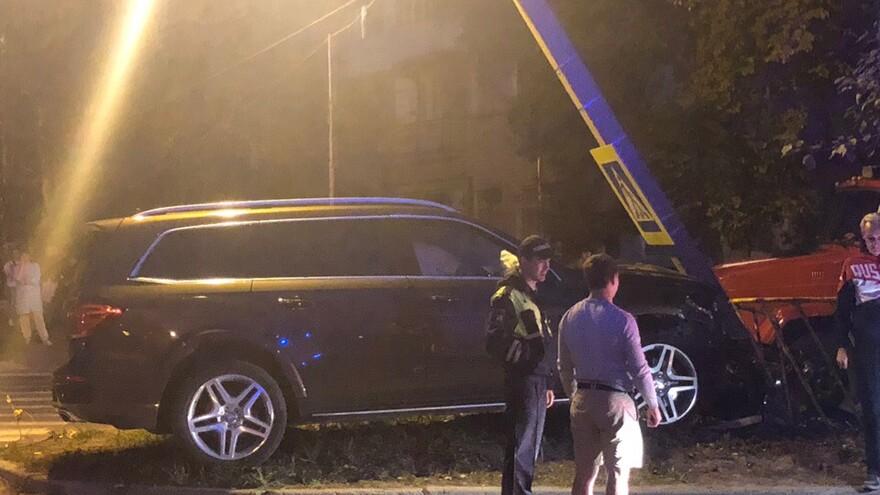 В Тольятти водитель Мерседеса на большой скорости снес столб