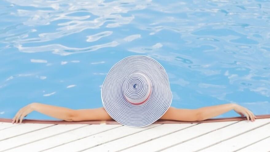 Мария Кохно, звезда ДОМ-2, в бассейне потрясла грудью