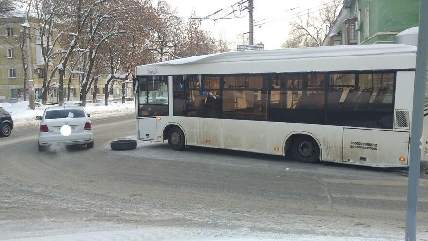 Слетевшее колесо у автобуса стало причиной автомобильного затора в Самаре