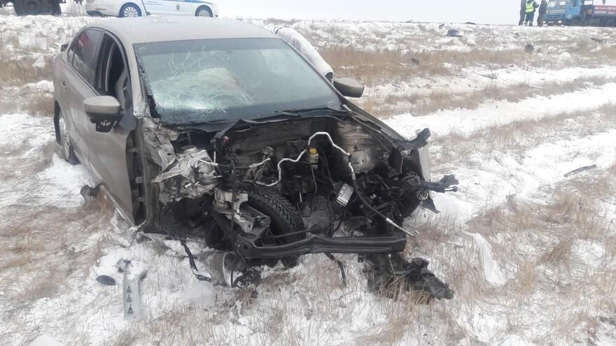 В Самарской области столкнулись легковушка и грузовик: пострадали ребенок и женщина